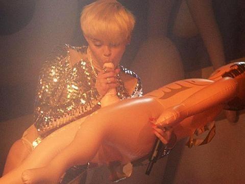 Repubblica Dominicana, Miley Cyrus 'immorale' bandita dai palchi
