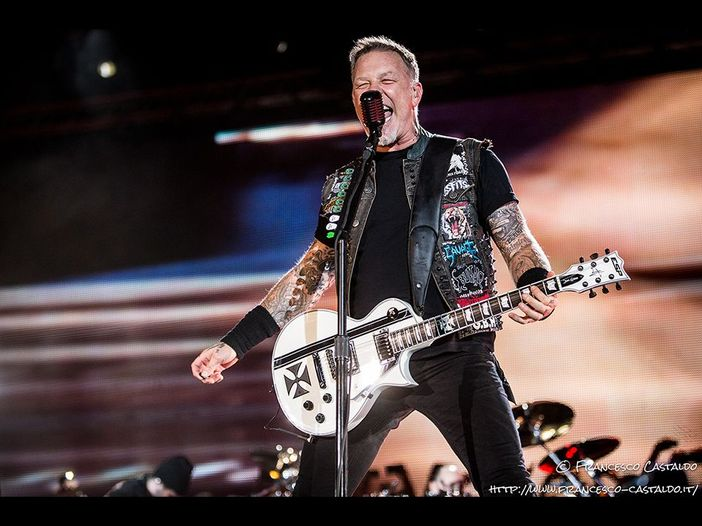 """Metallica: il pubblico di Manchester canta in coro """"Don't look back in anger"""" - VIDEO"""
