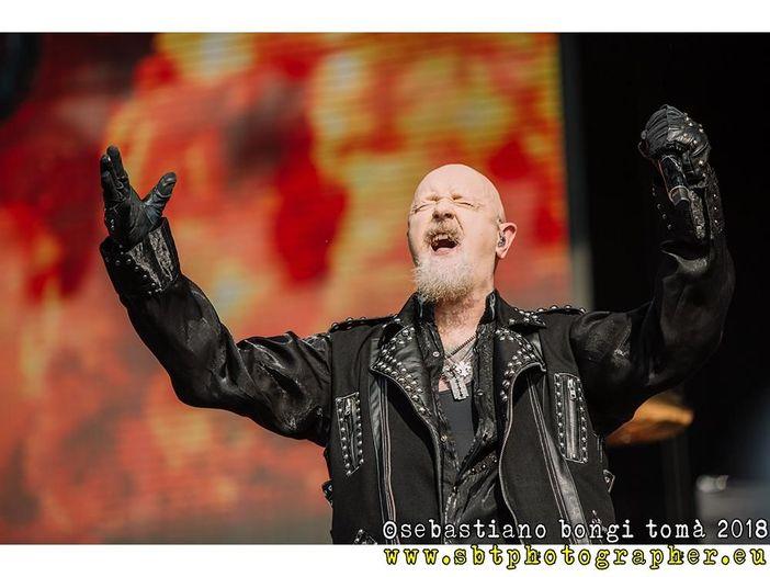 Judas Priest, quella volta che Rob Halford toccò la regina Elisabetta, infrangendo il protocollo reale