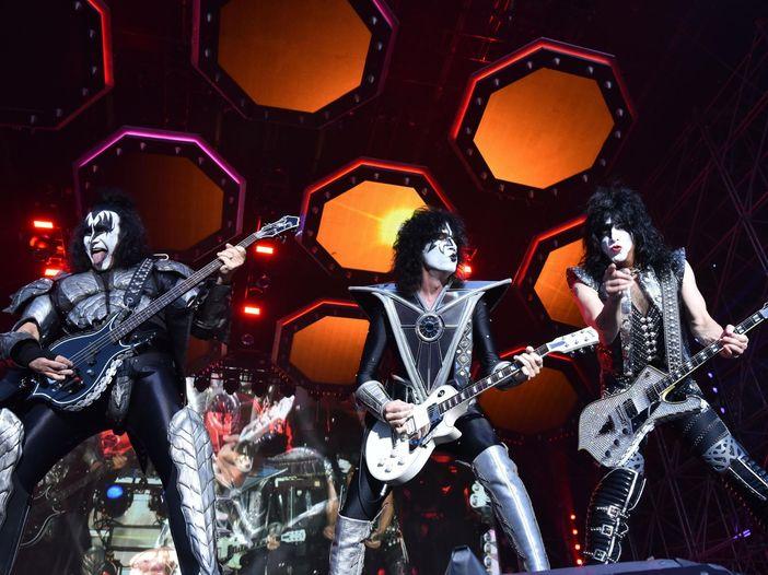 I Kiss salutano il 2020 con una tempesta di fuoco e stabiliscono due nuovi record mondiali. VIDEO