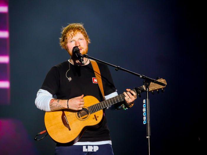 """Ed Sheeran si prepara a tornare: """"Ora suono con una band"""". L'album entro la fine del 2021"""
