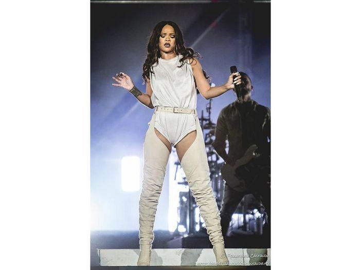 Rihanna vince ai CFDA Fashion Awards con vestito trasparente - FOTO