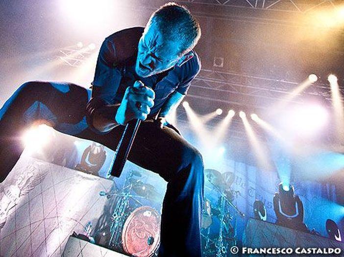 Stone Sour, un fan si precipita verso Corey Taylor sul palco del concerto di Mosca: braccato dalla guardia del corpo - VIDEO