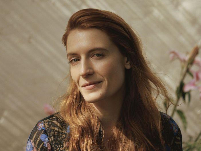 Florence Welch parla della sorella e di quella volta che (ubriaca) vide il primo concerto di Adele