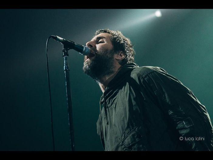 Liam Gallagher: 'Live Forever' dal vivo con Richard Ashcroft per ricordare le vittime dell'attentato del 2017 alla Manchester Arena - VIDEO