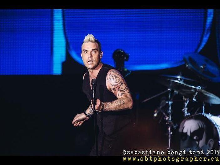 Robbie Williams si disinfetta le mani dopo aver toccato i fan - VIDEO