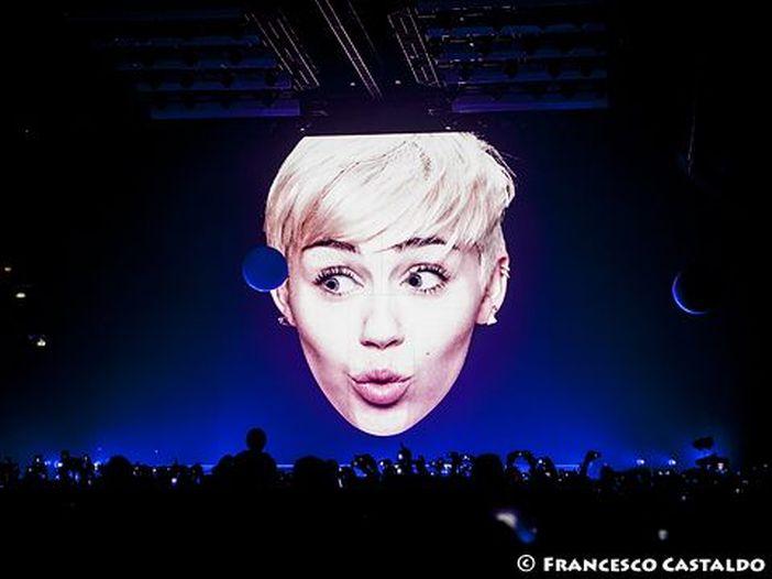 """Miley Cyrus: il musicista giamaicano Flourgon le chiede 300 milioni di dollari, """"We can't stop"""" è un plagio"""