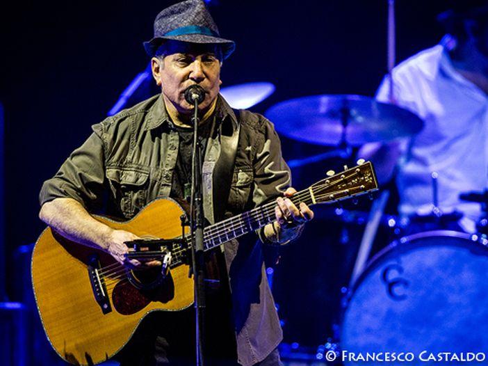 """Paul Simon: """"Di solito non canto questa canzone""""...e fa """"Bridge over trouble water"""" - VIDEO"""