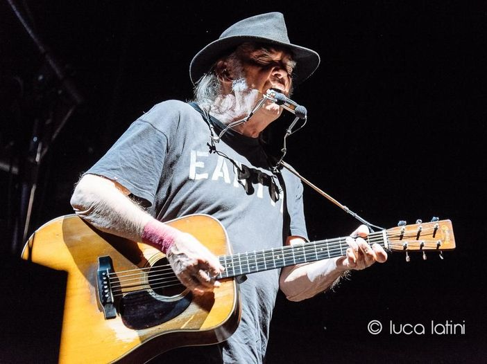 Neil Young annuncia l'uscita di un album e di un film