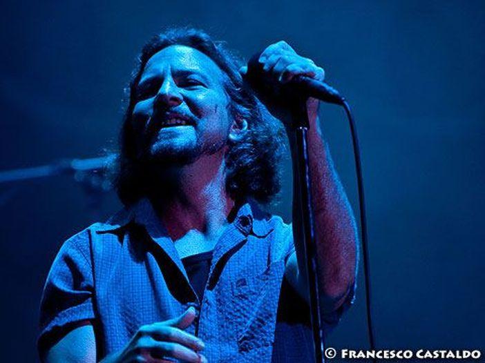 Eddie Vedder ha incontrato il cameraman che lo ha 'aiutato' nel suo leggendario salto nella folla durante il PinkPop Festival del 1992 - VIDEO