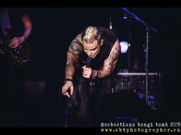 """Robbie Williams a Zayn Malik per combattere l'ansia: """"Devi essere coraggioso"""""""