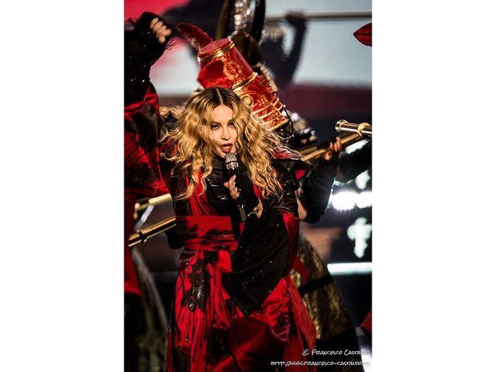 Sanremo: Madonna canta 'Frozen', ma il vero pezzo di ghiaccio è Vianello, che non spiccica una parola...