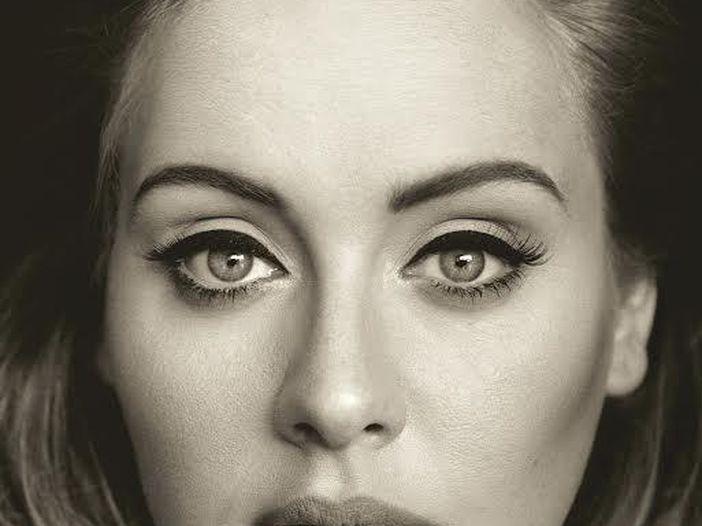 """Adele, il video di """"Hello"""" è il secondo di sempre a raggiungere nel minor tempo 100 milioni di visualizzazioni"""
