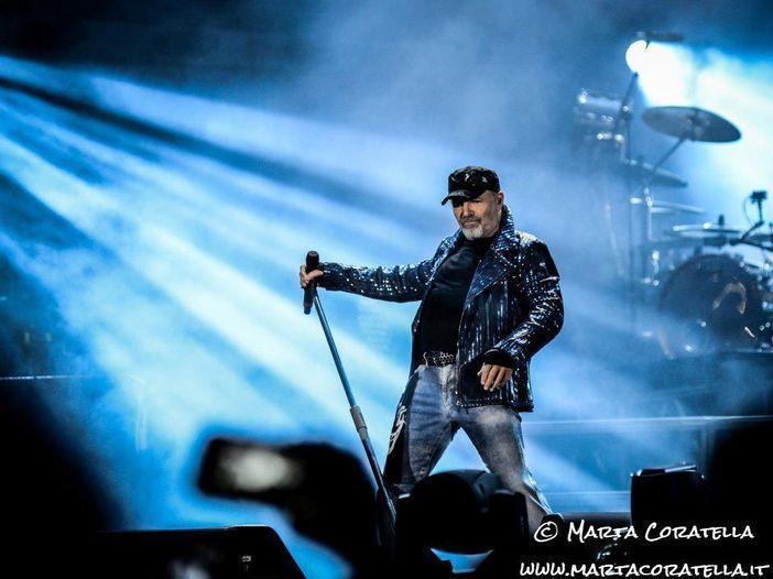 """Vasco, il comunicato ufficiale per il singolo """"Un mondo migliore """" e altre immagini dal set, con l'attore Vinicio Marchioni - FOTO"""