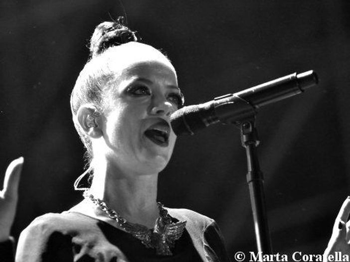 California, Shirley Manson (Garbage) cade dal palco durante un concerto - video