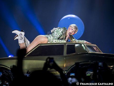 Miley Cyrus: foto in topless con il nuovo tatuaggio per il cane defunto - FOTO