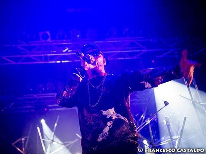Gué Pequeno, il rap ruvido del 'king' al Forum di Assago: la recensione del concerto di Milano – SCALETTA/FOTO