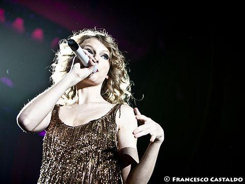 Taylor Swift, oltre 540.000 download in una settimana per 'Shake it off'