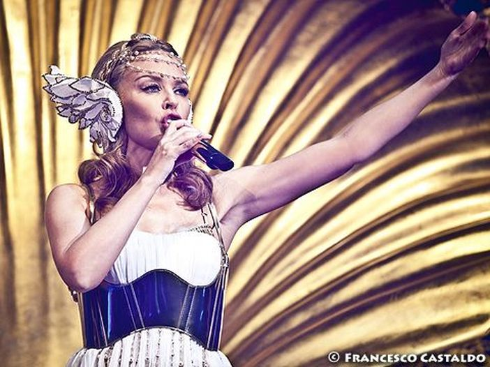 "Kylie Minogue in Germania canta ""99 Luftballons"" di Nena: VIDEO"