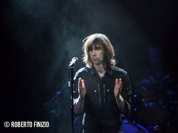 Primal Scream: Bobby Gillespie di ghiaccio in tv mentre conduttore e ospiti ballano, il video diventa virale - GUARDA
