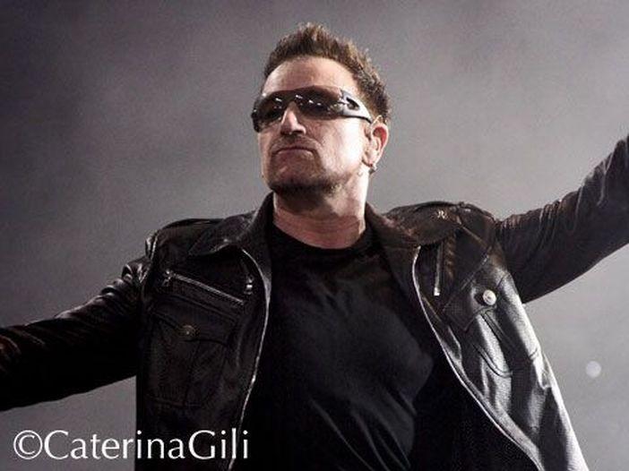 U2 a Torino per le prove dei concerti: Bono incontra i fan fuori dal palasport. Nel 2010 si presentò con 80 pizze