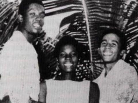 """A dieci anni il giovane Bob perde il padre. A 12 invece si trasferisce con la madre Cedella a Kingston, dove entra in contatto con i """"Rude boy"""" giamaicani"""