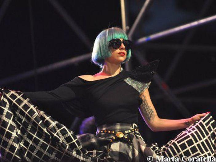 Lady Gaga, caduta sul palco insieme a Tony Bennett - GUARDA