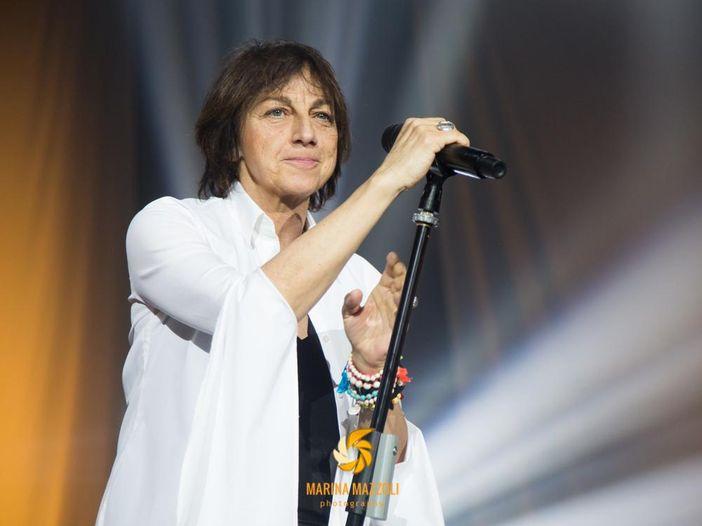 Gianna Nannini nonostante il ginocchio dolorante si è esibita ieri sera a Montichiari - VIDEO