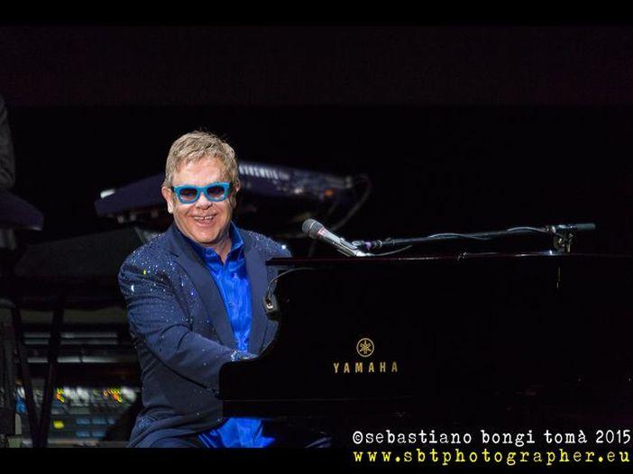 Elton John, mini-esibizione alla stazione di Londra - VIDEO