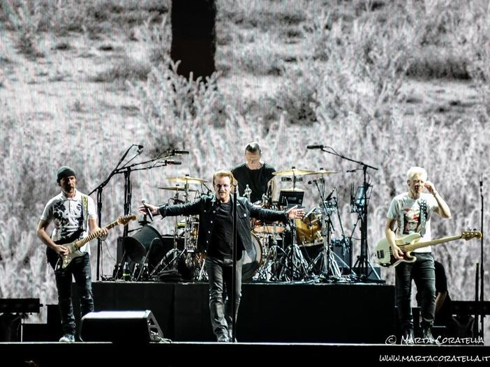 "Gli U2 e Patti Smith suonano ""Mothers Of The Disappeared"" live a Parigi - VIDEO"