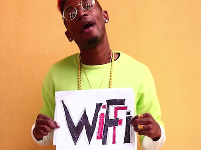 Chi è Bello Figo: dal Ghana a fenomeno della rete, ecco le sue canzoni più famose - ASCOLTA