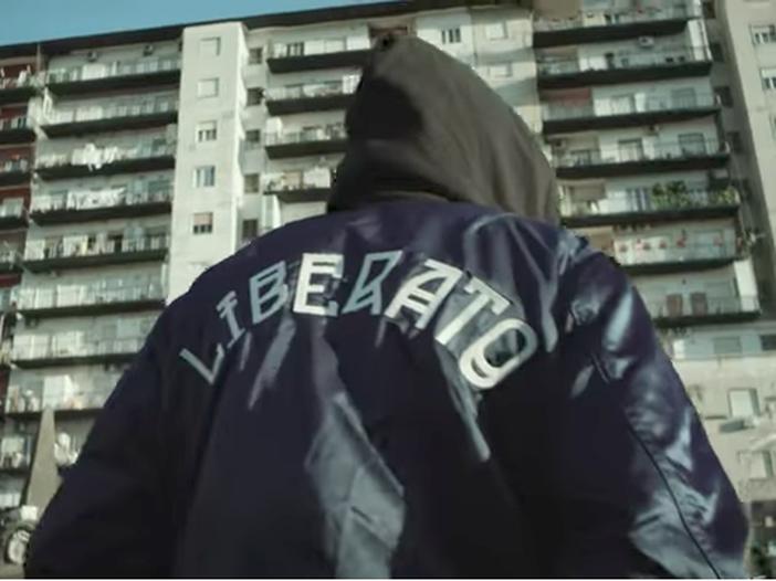 """Liberato canta ancora: ascolta il nuovo singolo """"Je te voglio bene assaje"""" – VIDEO"""