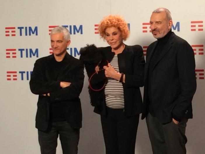 Sanremo 2018, Ornella Vanoni in sala stampa (con cane al guinzaglio) insieme a Bungaro e Pacifico