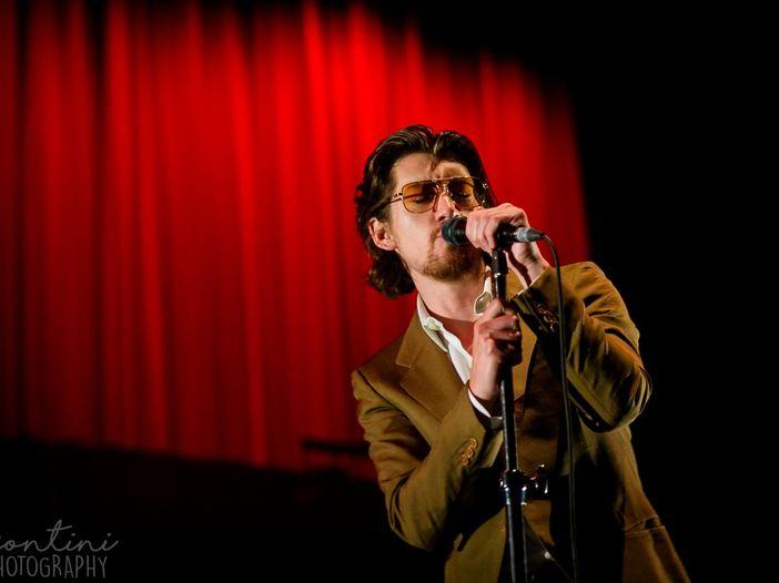 Arctic Monkeys, guarda la performance di 'One Point Perspective' al 'Late Late Show' di Corden – VIDEO