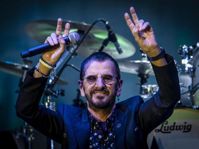"""Ringo Starr scherza con la copertina di """"Abbey Road"""""""