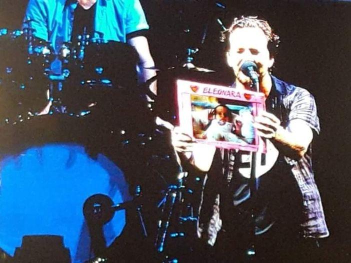 """I Pearl Jam a Padova e il """"battesimo"""" in concerto di Eleonora (1 mese): """"Benvenuta nella tribù""""."""