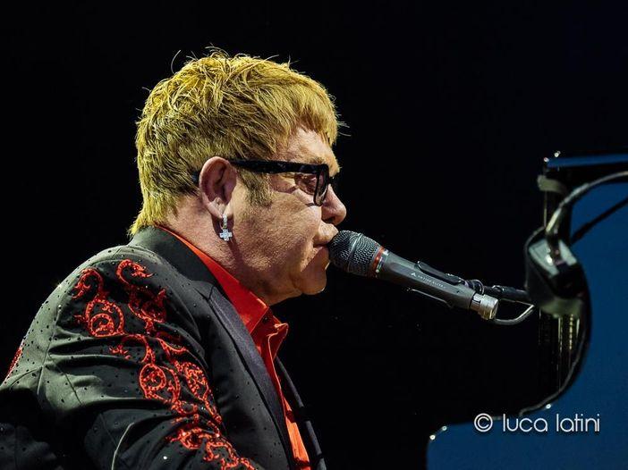 Elton John: ad Amburgo una versione dal vivo di 'Your Song' dedicata alla madre appena scomparsa - VIDEO