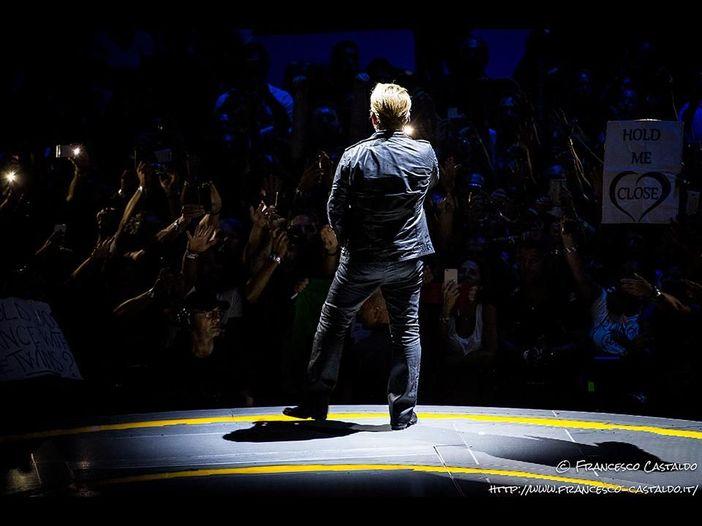 U2, Bono perde la voce al concerto di Berlino: 'Non possiamo andare avanti, non è giusto' – VIDEO/FOTO