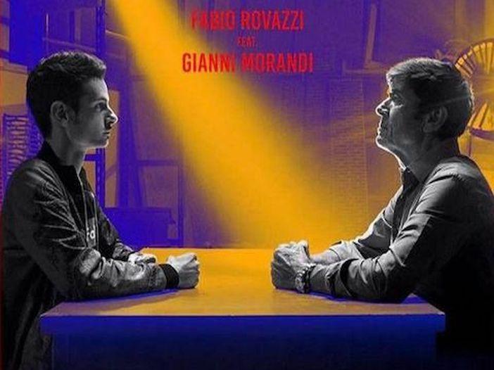 """Gianni Morandi 'vola' dal palco mentre canta """"Volare"""" - VIDEO"""
