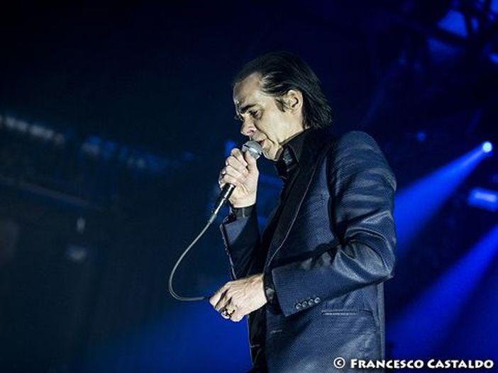 Nick Cave fa salire i fan sul palco durante il concerto - VIDEO