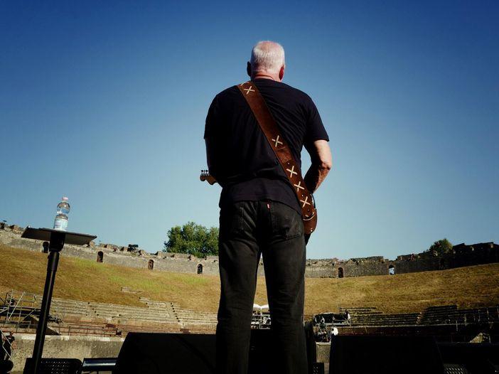 David Gilmour alla chitarra rifà l'idolo Leonard Cohen: video