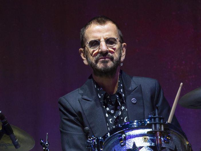 Ringo Starr, per i suoi 80 anni gli auguri di Pete Best...e nella notte il concerto in diretta streaming