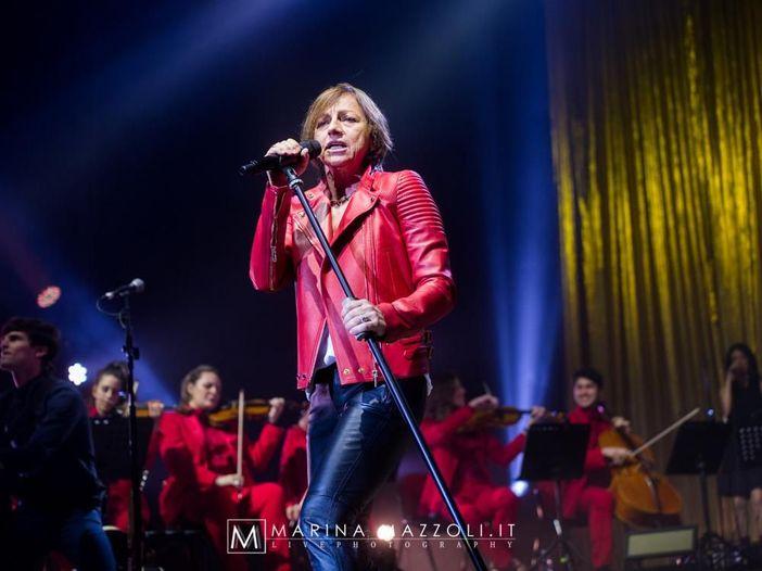 Gianna Nannini come Dave Grohl e Axl Rose: dopo un infortunio in concerto seduta a Montecatini - FOTO