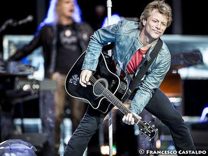 Guarda Jon Bon Jovi che lava i piatti nel suo ristorante