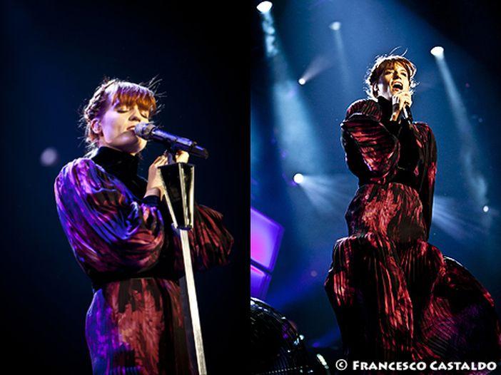 Florence Welch, brutto scivolone: cade sul palco durante un concerto - VIDEO