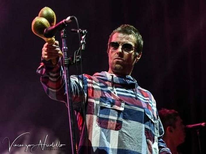 Liam Gallagher, il nuovo tour si apre con Bonehead sul palco: video