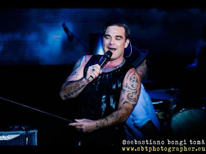 Robbie Williams alla cerimonia d'apertura dei Mondiali di Calcio 2018 in Russia: cosa è successo ('censura' - non del dito medio - compresa) - FOTO