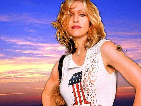 I paparazzi sorprendono la figlia di Madonna mentre fuma