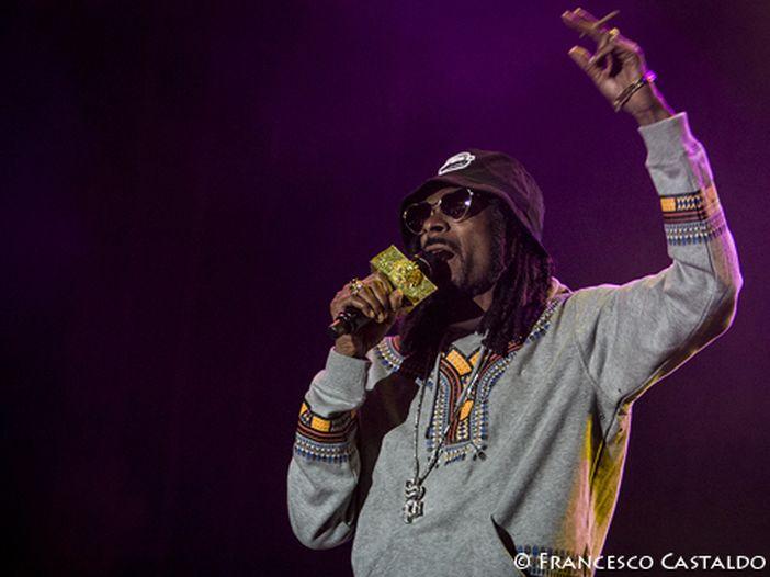 Snoop Lion (Snoop Dogg) si dà al cibo per cani