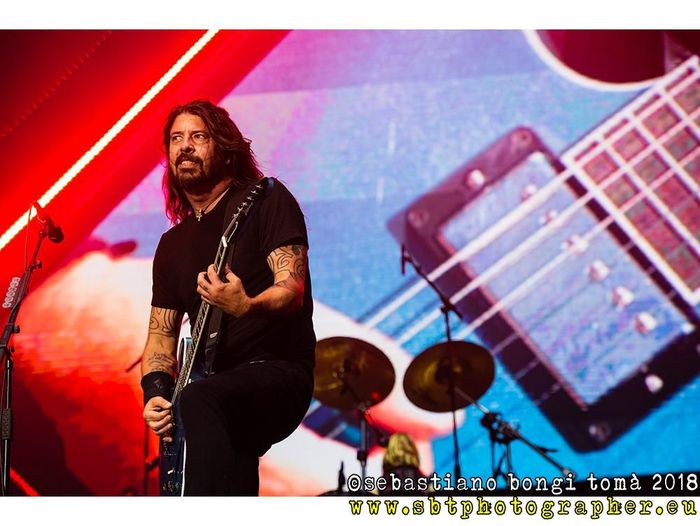https://a6p8a2b3.stackpathcdn.com/RxyxylULViFtaZteSkmqwO-ViSk=/700x0/smart/rockol-img/img/foto/upload/foo-fighters-visarnoarena-sebastiano0050.jpg